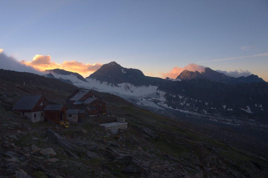 Das Defreggerhaus (2962m) mit dem Weißspitz im Sonnenaufgang
