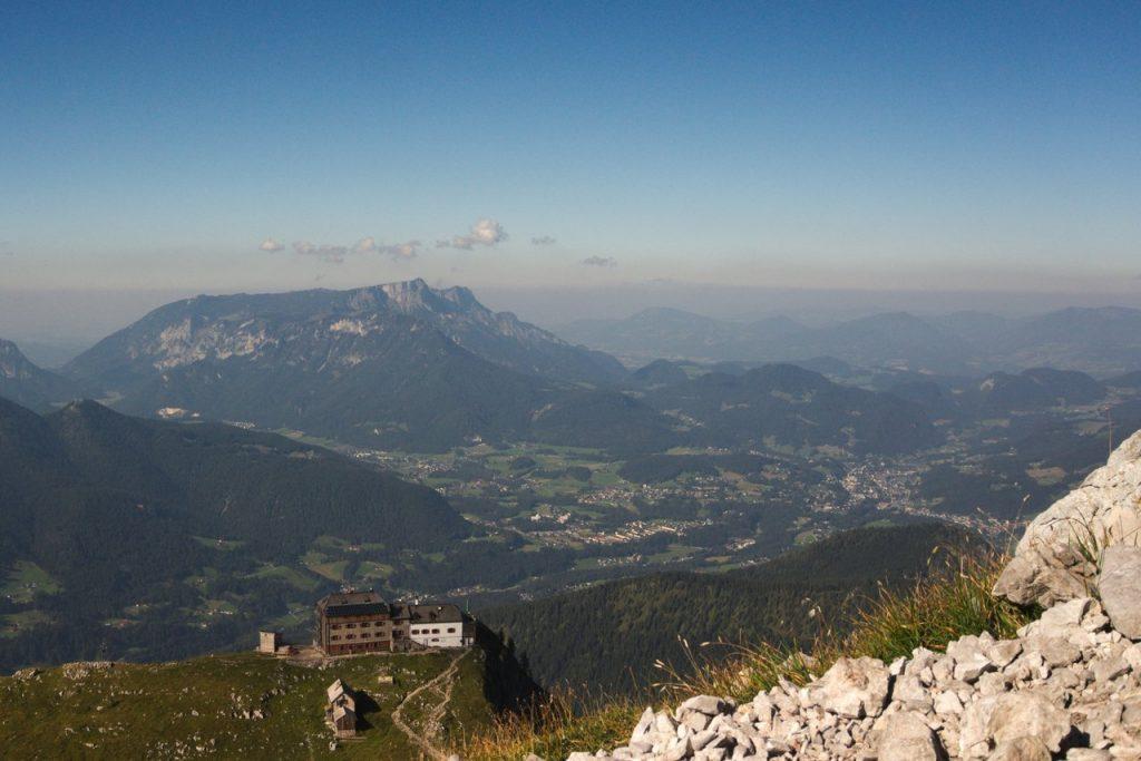 Das Watzmannhaus mit dem Untersberg und Berchtesgaden
