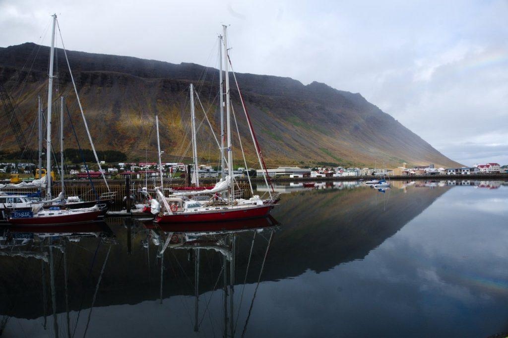 Schiffe im Hafen von Ísafjörður