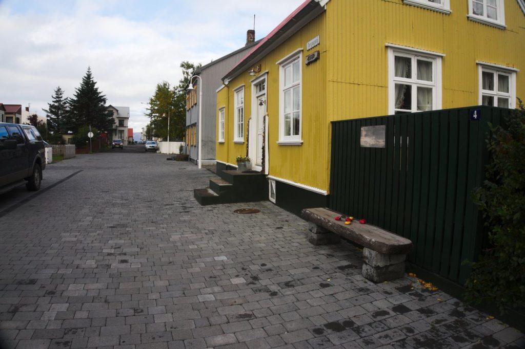 Haus in Ísafjörður mit der im Zitat genannten Bank davor