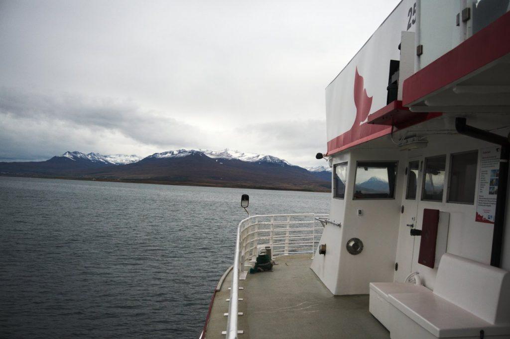 An Board des Schiffes zur Wahlbeobachtung