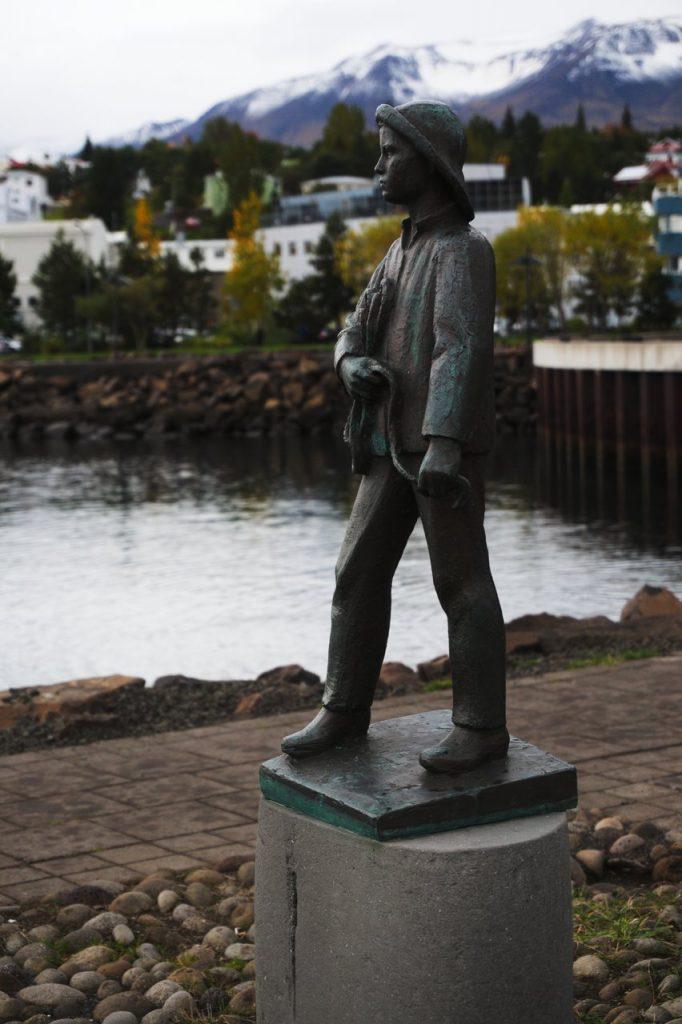 Fischerjunge im Hafen von Akureyri