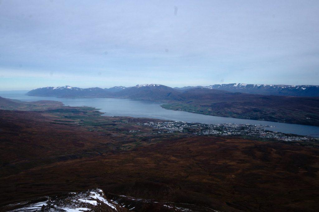 Blick auf Akureyri und den Fjord