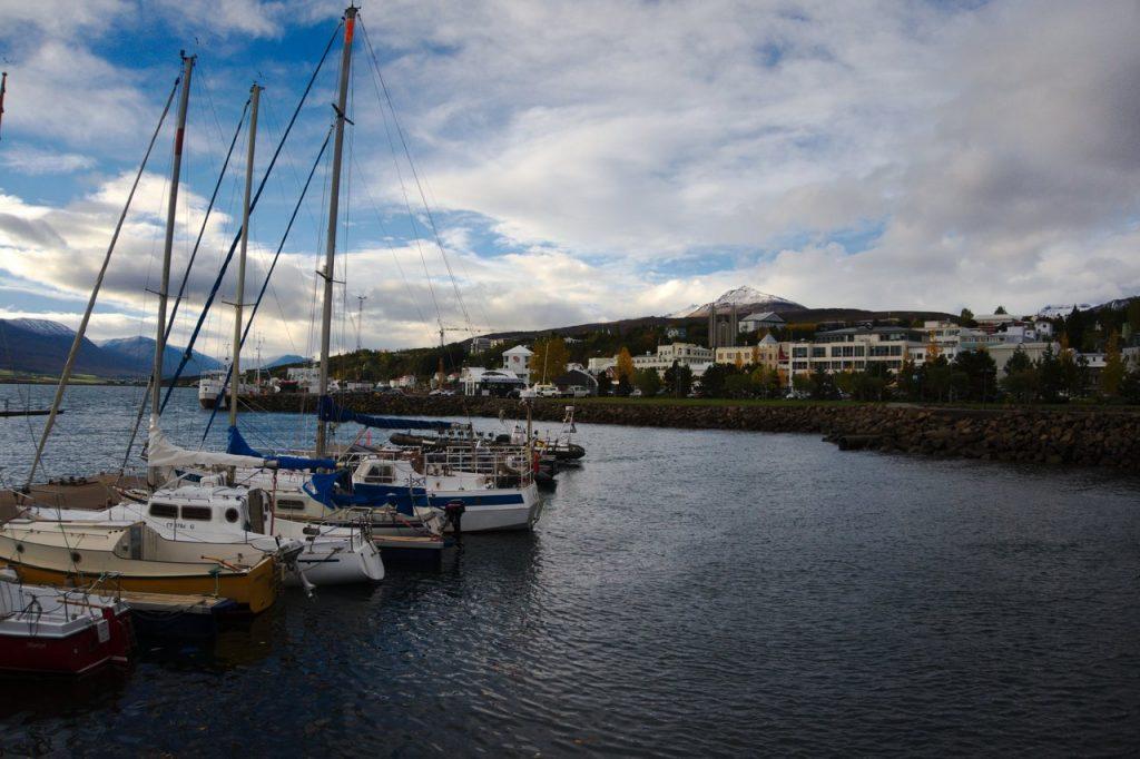 Der Hafen mit der Stadt Akureyri