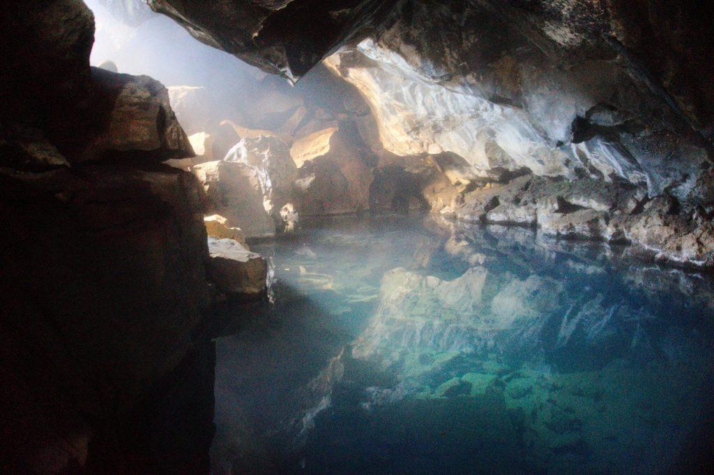 Grjótagjá - heiße Quelle in einer Höhle