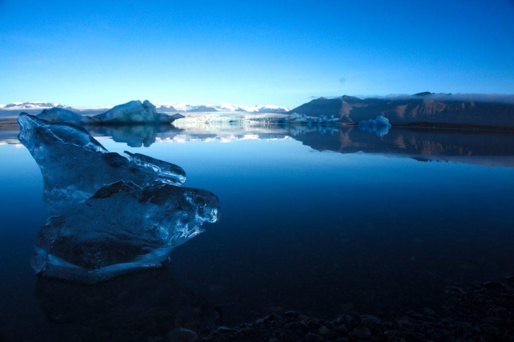 Eisblock am Gletschersee