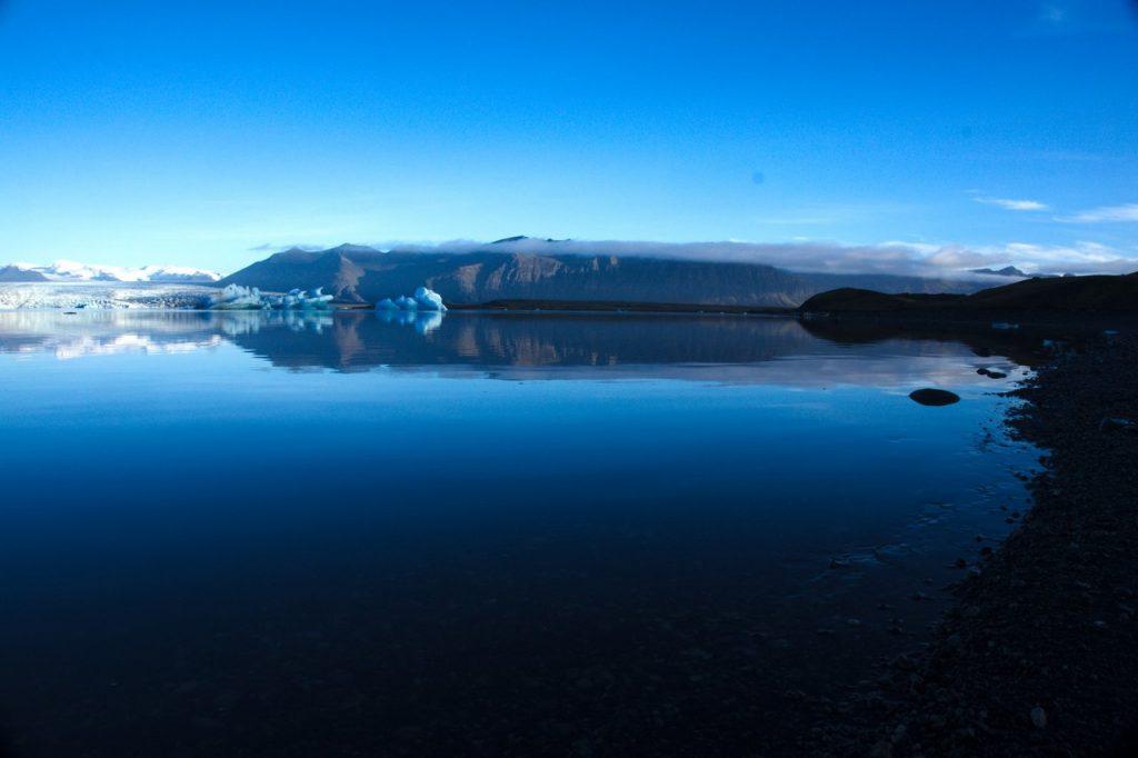 Spiegelglatter Gletschersee
