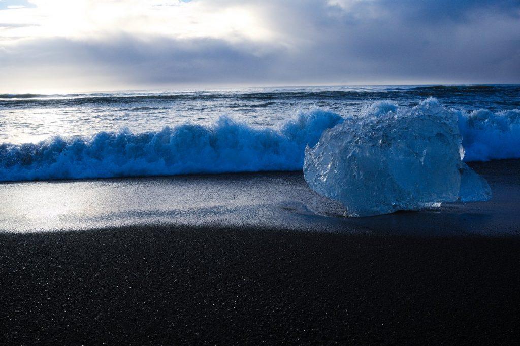Eisblock in den Wellen der isländischen See