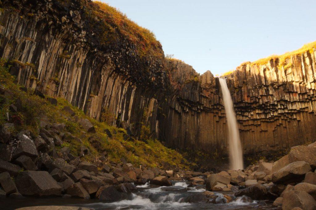 Wasserfall Svartifoss mit seinen bekannten Basaltsäulen
