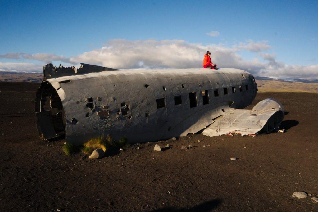 Beliebtes Fotomotiv: Flugzeugwrack am schwarzen Strand
