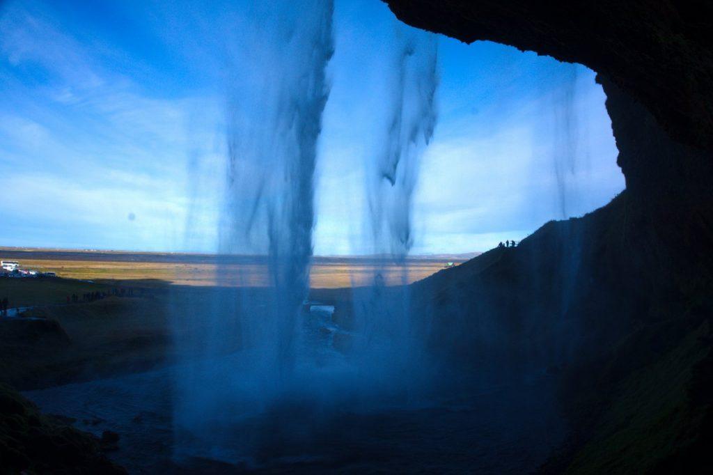 Hinter dem Wasserfall Seljalandsfoss